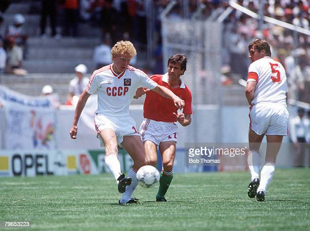 World Cup Finals Irapuato Mexico 2nd June USSR 6 v Hungary 0USSR's Kuznetsov challenges for the ball