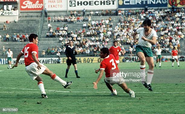 World Cup Finals Leon Mexico 2nd June Peru 3 v Bulgaria 2 Peruvian defenders Javier Gonzalez and Oscar De La Torre try to clear the ball from a...