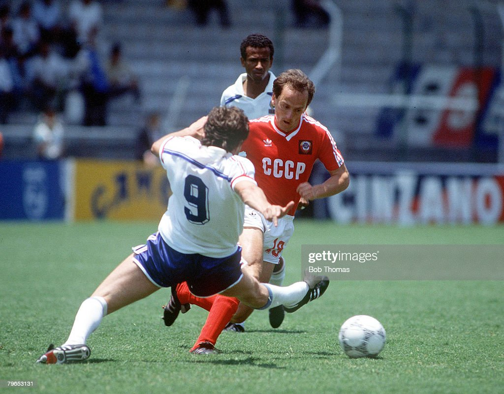 1986 World Cup Finals, Leon, Mexico, 5th June, 1986, France 1 v USSR 1, France's Luis Fernadez moves in to challenge USSR's Igor Belanov for the ball : Photo d'actualité