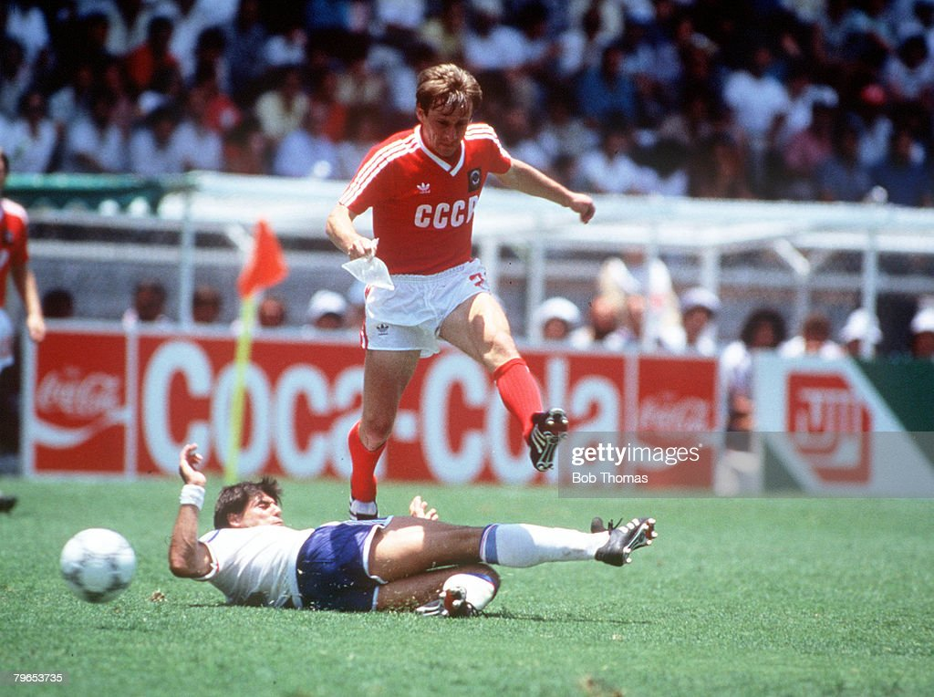 1986 World Cup Finals, Leon, Mexico, 5th June, 1986, France 1 v USSR 1, USSR's Yaremchuk hurdles a French tackle : Photo d'actualité