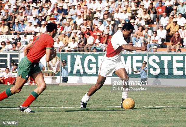 World Cup Finals Leon Mexico 6th June Peru 3 v Morocco 0 Peruvian attacker Toefilo Cubillas gets away from a Moroocan defender during the two teams's...