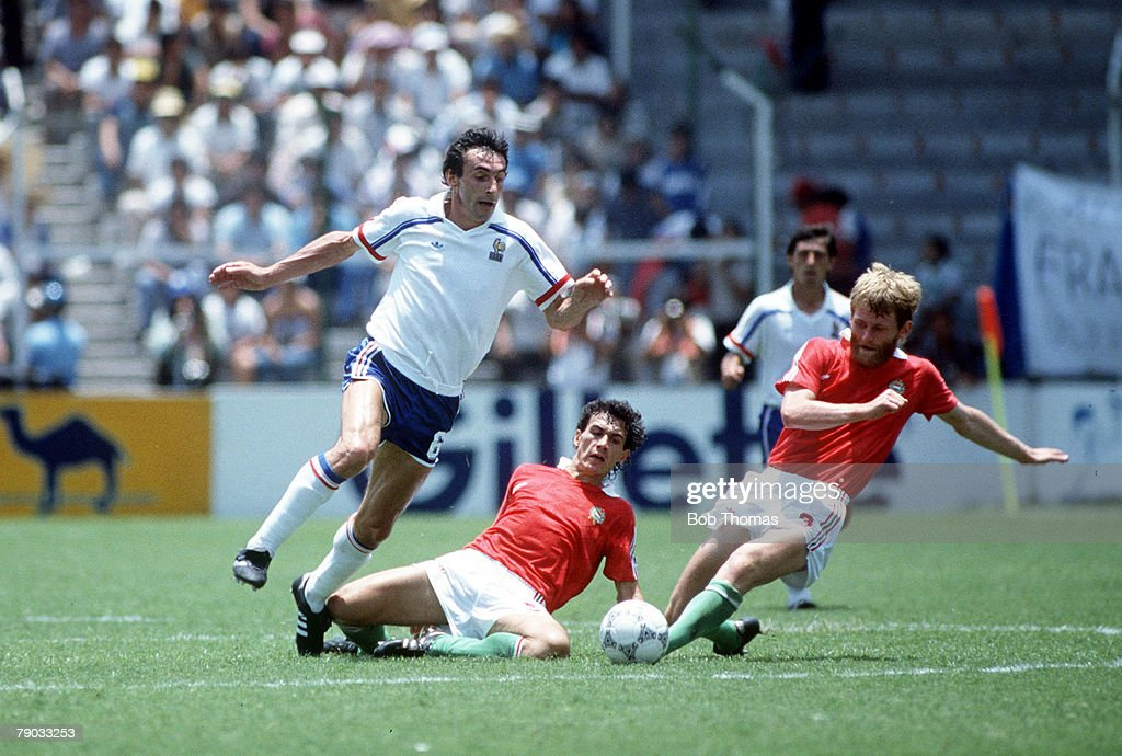 1986 World Cup Finals. Leon, Mexico. 9th June, 1986. France 3 v Hungary 0. France's Maxime Bossis battles with Hunagry's Laszlo Dajka and Antal Roth for the ball. : Photo d'actualité