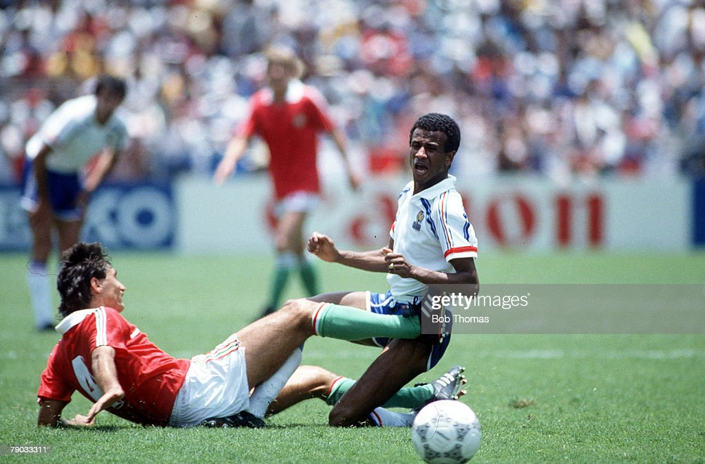 1986 World Cup Finals. Leon, Mexico. 9th June, 1986. France 3 v Hungary 0. France's Jean Tigana challenges Hungary's Jozsef Varga. : Photo d'actualité