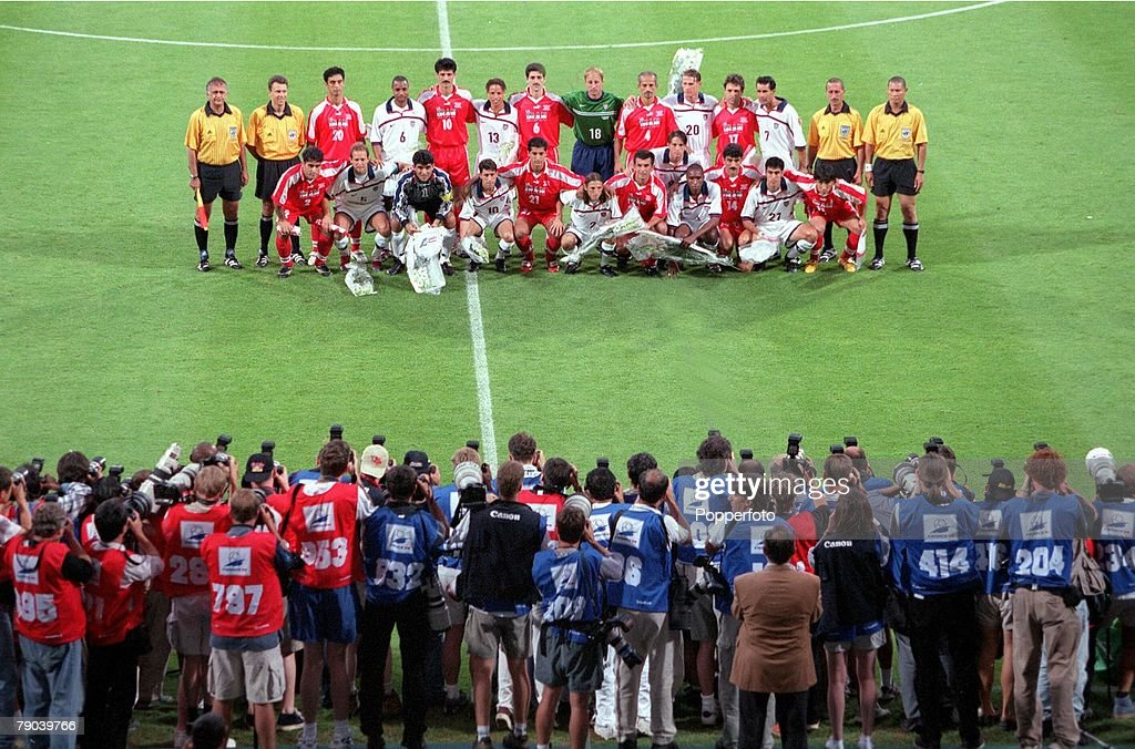 1998 World Cup Finals. Lyon, France. 21st JUNE 1998. USA 1 v Iran 2. Iran & USA players form a joint team group before the match. : News Photo