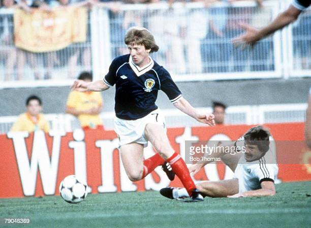 World Cup Finals Malaga Spain 15th June Scotland 5 v New Zealand 2 Scotland's Gordon Strachan goes on to score after beating New Zealand's Kenny...