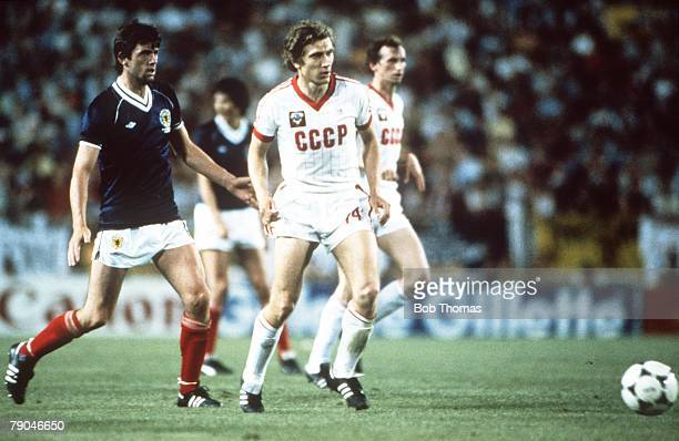 World Cup Finals Malaga Spain 22nd June USSR 2 v Scotland 2 Scotland's David Narey and USSR's Sergei Borovsky watch the ball