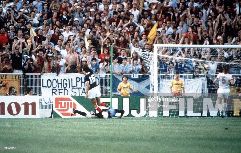 1982 World Cup Finals. Malaga, Spain. 22nd June, 1982. USSR 2 v Scotland 2. Scotland's Joe Jordan turns towards the fans after beating USSR's goalkeeper Rinat Dasaev. : News Photo