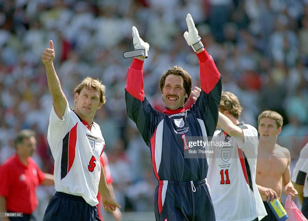 1998 World Cup Finals Marseille, France. 15th June, 1998 England 2 v Tunisia 0. England's Tony Adams & David Seaman salute the fans after the victory. : Nachrichtenfoto