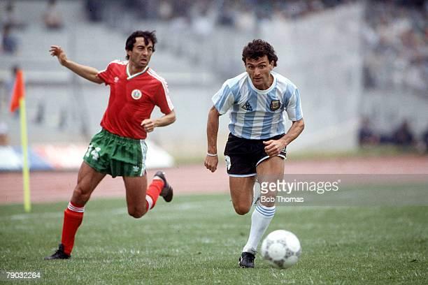 World Cup Finals Mexico City Mexico 10th June Argentina 2 v Bulgaria 0 Argentina's Jose Cuciuffo and Bulgaria's Plamen Markov go for the ball