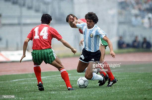 World Cup Finals Mexico City Mexico 10th June Argentina 2 v Bulgaria 0 Argentina's Ricardo Giusti takes on Bulgaria's Stoicho Mladenov and Plamen...