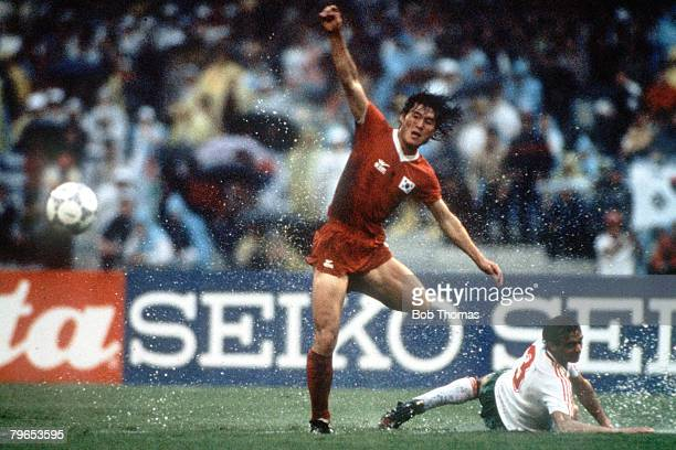 World Cup Finals Mexico City Mexico 5th June South Korea 1 v Bulgaria 1 South Kora's Yong Hwan Jung and Bulgaria's Nicolai Arabov battle for the ball