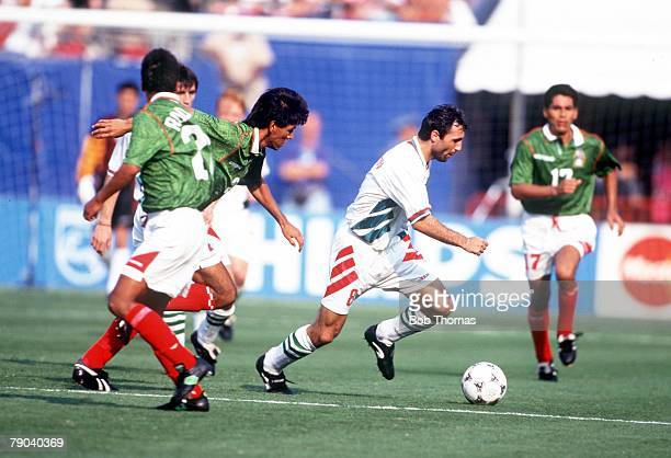 World Cup Finals New Jersey USA 5th July Bulgaria 1 v Mexico 1 Bulgaria's Hristo Stoichkov gets away from three Mexican players during their Second...