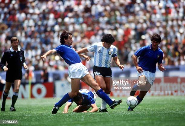 World Cup Finals Puebla Mexico 5th June Italy 1 v Argentina 1 Argentina's Diego Maradona races between Italy's Antonio Di Gennaro and Fernando De...