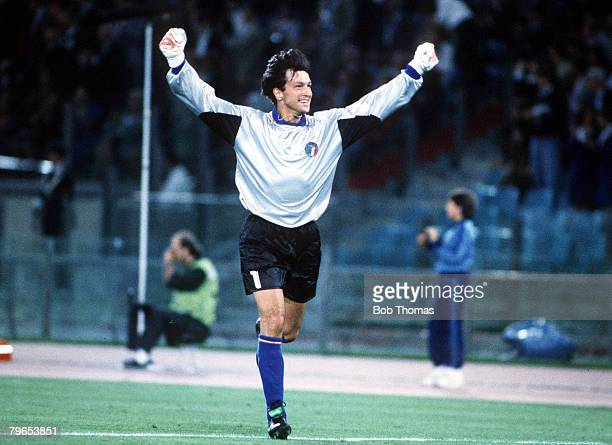 World Cup Finals Rome Italy 9th June Italy 1 v Austria 0 Italian goalkeeper Walter Zenga celebrates after substitute Salvatore Schillaci scored a...