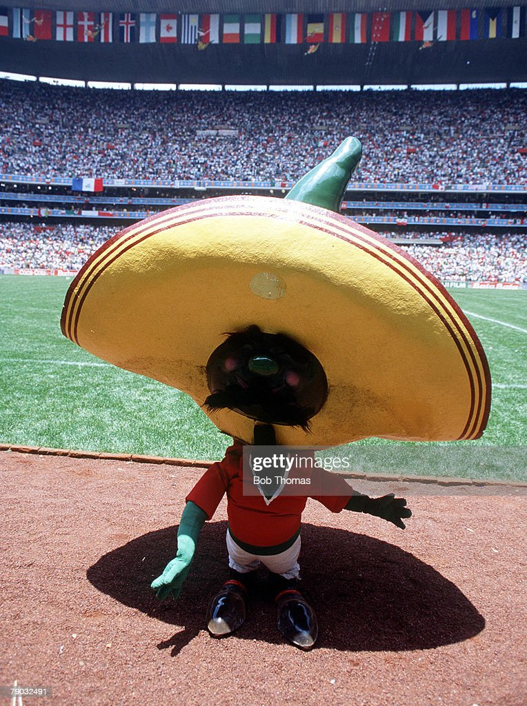 1986 World Cup Finals. Second Phase. Azteca Stadium, Mexico. 15th June, 1986. Mexico 2 v Bulgaria 0.World Cup mascot Pique. : ニュース写真