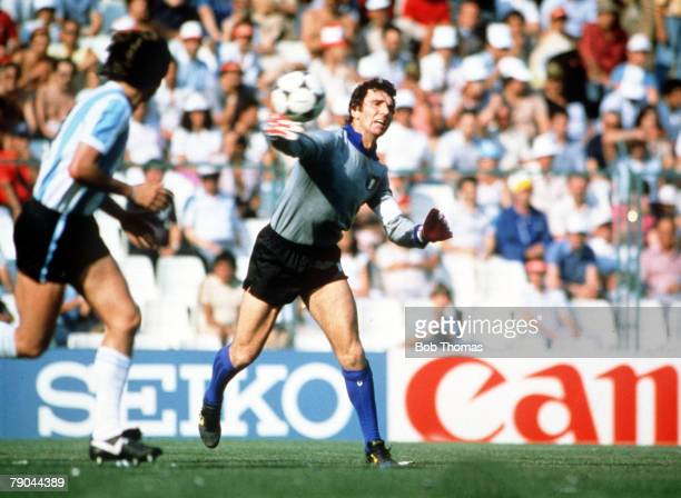World Cup Finals Second Phase Barcelona Spain 29th June Italy 2 v Argentina 1 Italy's goalkeeper Dino Zoff throws the ball out
