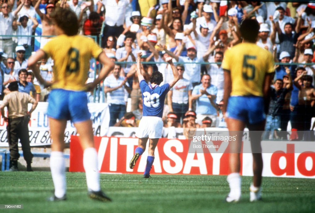 1982 World Cup Finals. Second Phase. Barcelona, Spain. 5th July, 1982. Italy 3 v Brazil 2. Italy's Paolo Rossi celebrates with the fans after scoring the first of his three goals against Brazil. : ニュース写真