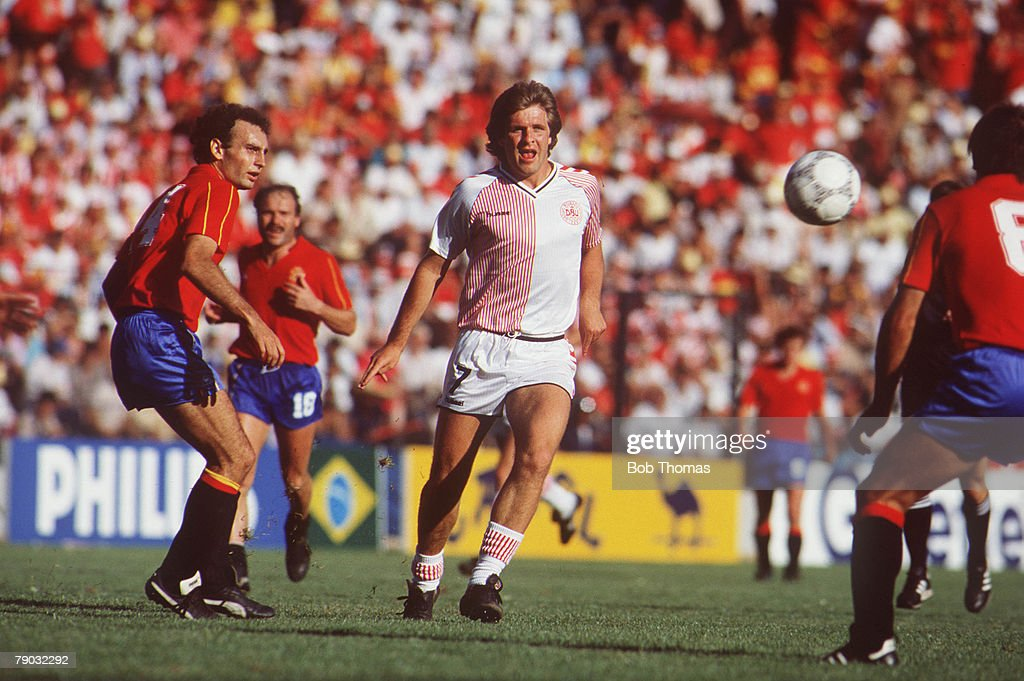 1986 World Cup Finals. Second Phase. Queretaro, Mexico. 18th June, 1986. Spain 5 v Denmark 1. Denmark's Jan Molby goes for the ball. : ニュース写真