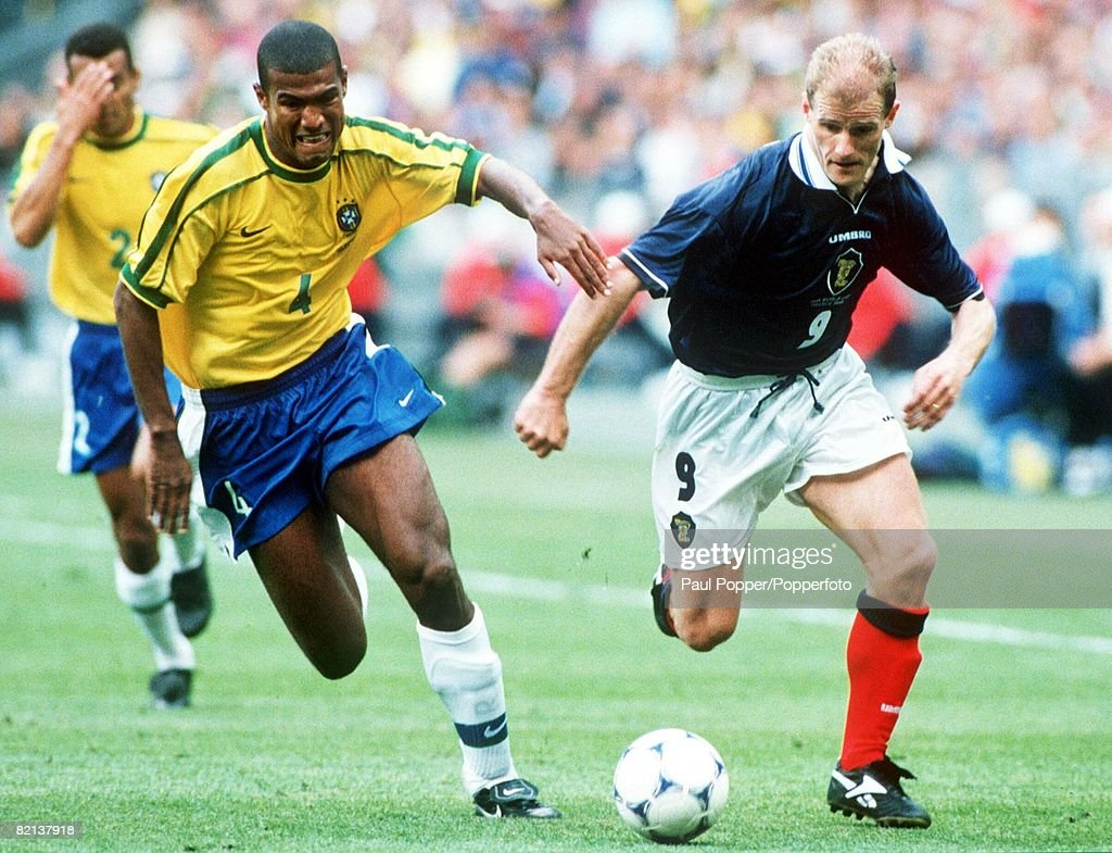 1998 World Cup Finals, St, Denis, France, 10th June, 1998, Brazil 2 v Scotland 1, Brazil's Junior Baiano races with Scotland's Gordon Durie for the ball : ニュース写真