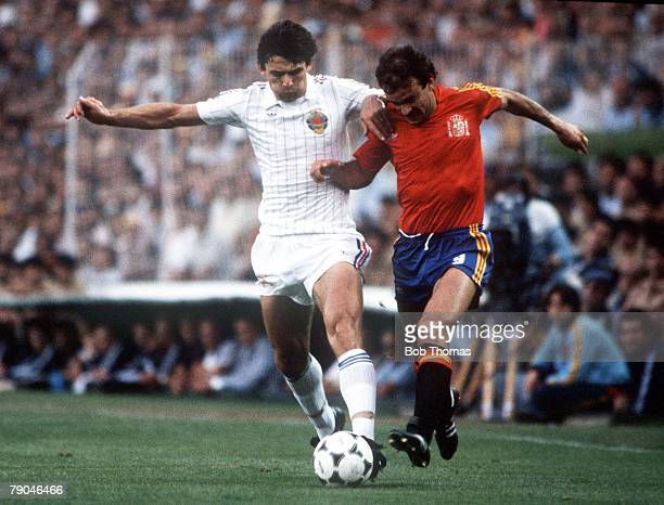 World Cup Finals Valencia Spain 20th June Spain 2 v Yugoslavia 1 Yugoslavia's Nikola Jovanovic tussles with Spain's Jesus Satrustegui