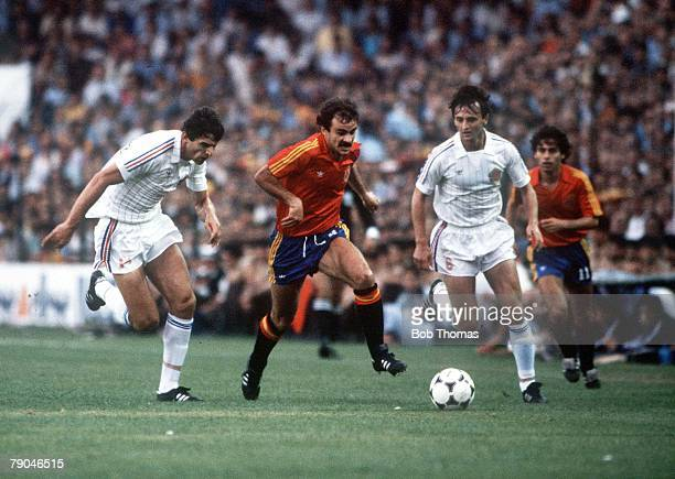 World Cup Finals Valencia Spain 20th June Spain 2 v Yugoslavia 1 Spain's Jesus Satrustegui bursts through Yugoslavia's Nikola Jovanovic and Zlatko...