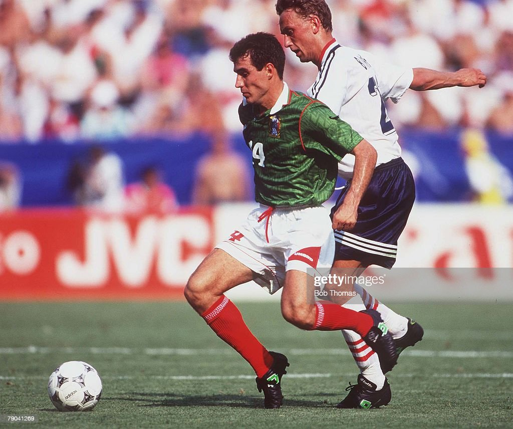 1994 World Cup Finals. Washington, USA 19th June, 1994. Norway 1 v Mexico 0. Mexico's Del Olmo with Norway's Bohinen. : News Photo