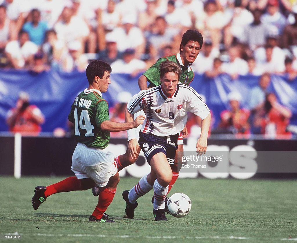 1994 World Cup Finals. Washington, USA 19th June, 1994. Norway 1 v Mexico 0. Mexico's Del Olmo with Norway's Fjortoft. : News Photo