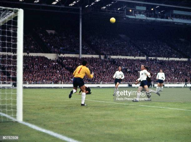 World Cup Finals Wembley Stadium, England, 16th July England 2 v Mexico 0, England's goalkeeper Gordon Banks prepares to catch a cross as Jack...