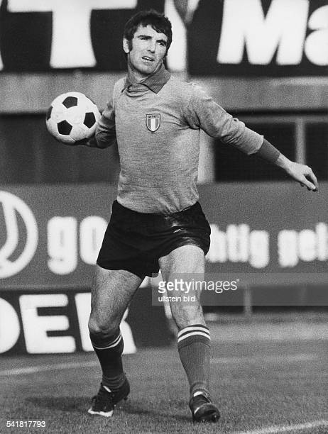 1974 FIFA World Cup in Germany Dino Zoff * Football player goalkeeper of the Italian national team Dino Zoff throwing the ball during a World Cup...