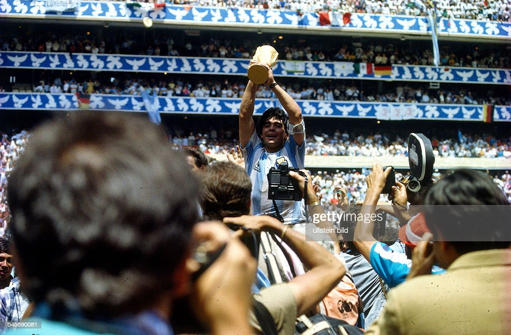 1986 FIFA World Cup in Mexico Final in Mexico City: Argentina 3 - 2 Germany - Argentine captain Diego Maradona with the World Cup trophy amid photographers - : News Photo