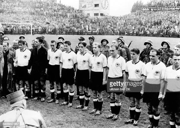 1954 FIFA World Cup in Switzerland Lineup of the German World Cup winners after the award ceremony | from the left coach Sepp Herberger captain Firtz...