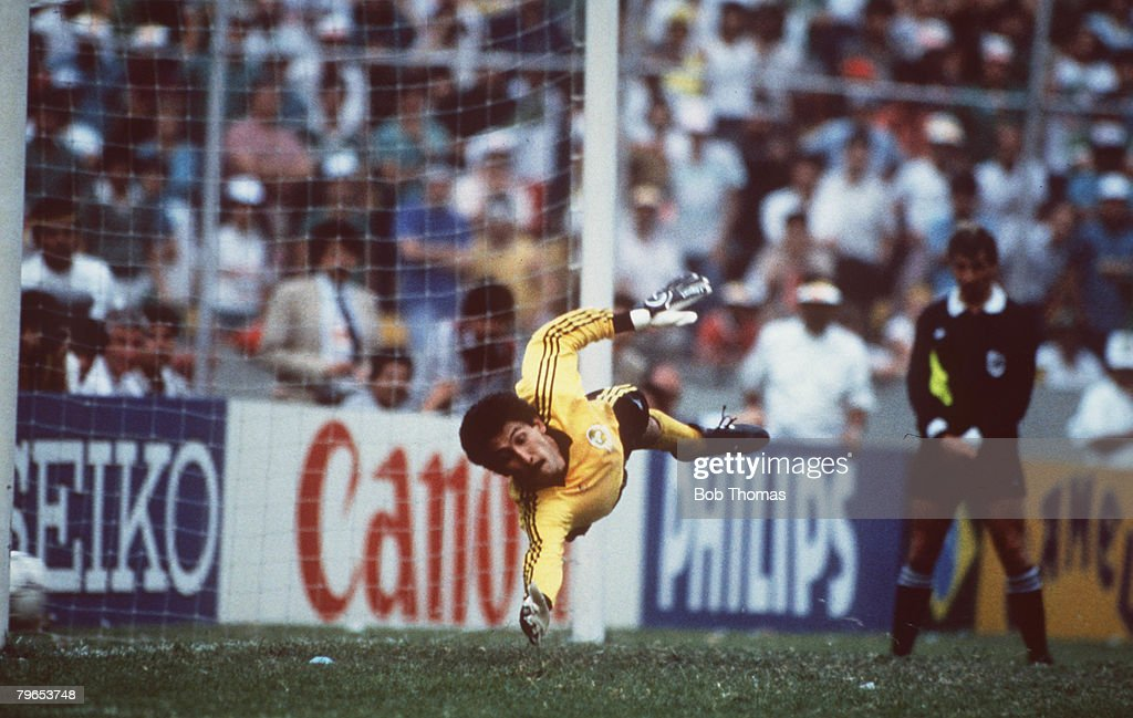 1986 World Cup Quarter Final, Azteca Stadium, Mexico, 21st June, 1986, West Germany 0 v Mexico 0, (West Germany win 4-1 on penalties), Mexican goalkeeper Pablo Larios dives in vain as West Germany convert the match winning penalty : Foto di attualità