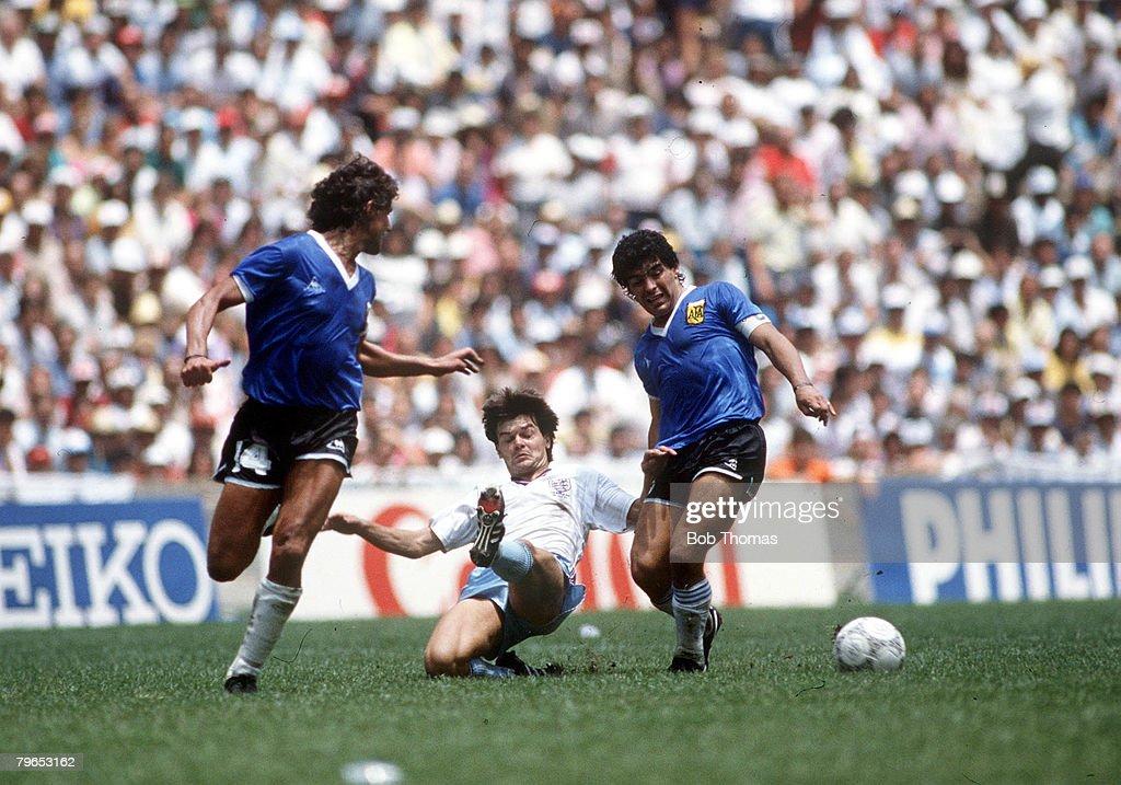 1986 World Cup Quarter Final, Azteca Stadium, Mexico, 22nd June, 1986, Argentina 2 v England 1, England's Steve Hodge battles for the ball with Argentina's Ricardo Giusti (left) and Diego Maradona : ニュース写真