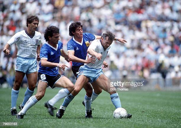 World Cup Quarter Final Azteca Stadium Mexico 22nd June Argentina 2 v England 1 England's Peter Reid holds off Argentina's Jose Cuciuffo and Jorge...