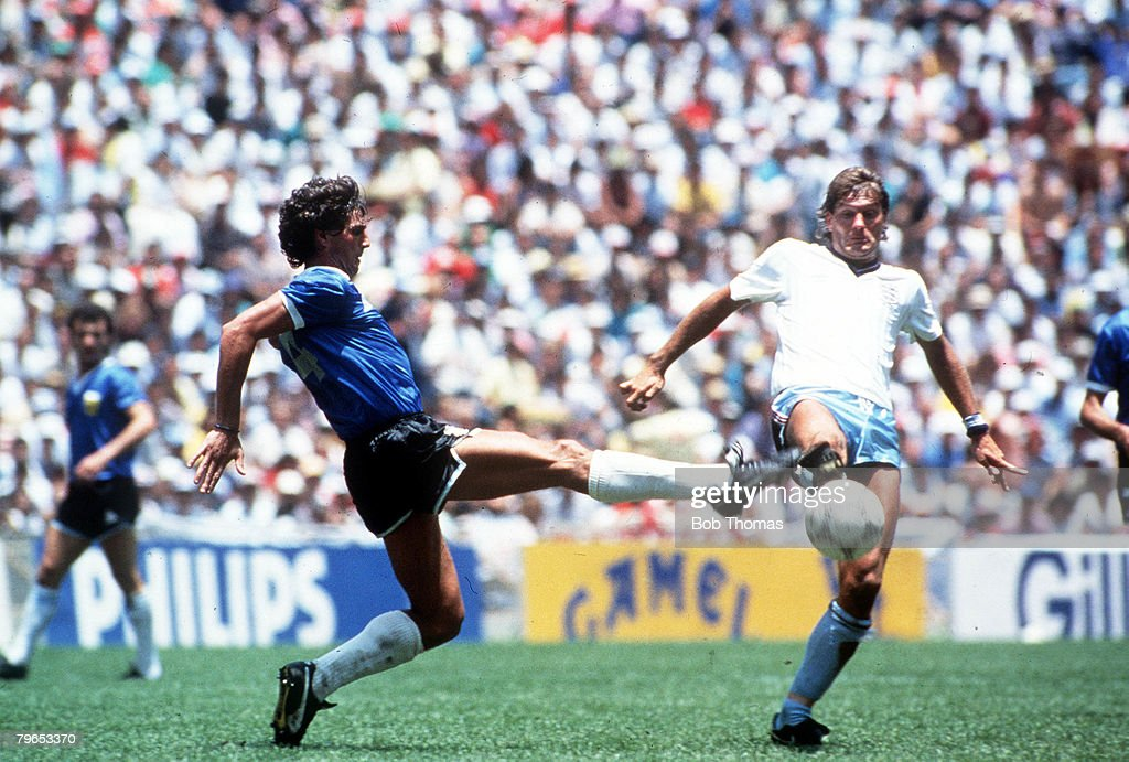 1986 World Cup Quarter Final, Azteca Stadium, Mexico, 22nd June, 1986, Argentina 2 v England 1, England's Glenn Hoddle stretches for the ball with Argentina's Ricardo Giusti : News Photo
