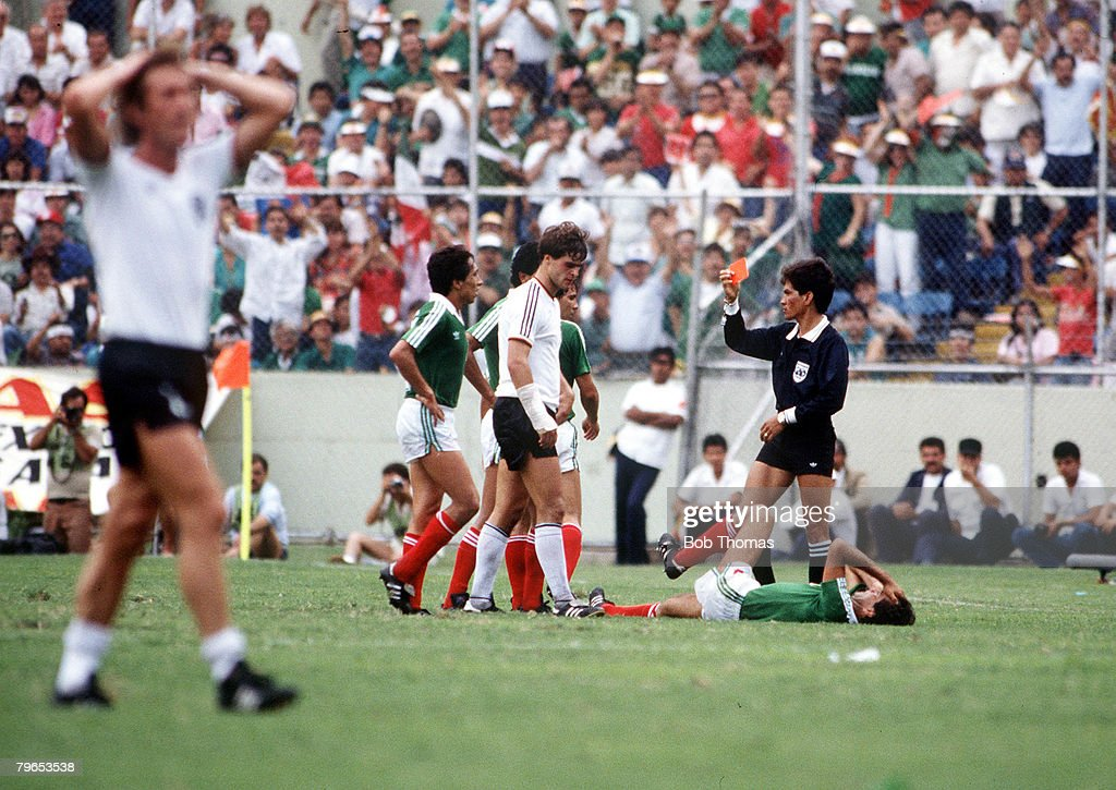1986 World Cup Quarter Final, Monterrey, Mexico, 21st June, 1986, West Germany 0 v Mexico 0, (West Germany win 4-1 on penalties), West Germany Thomas Berthold is shown the red card by the referee : Foto di attualità