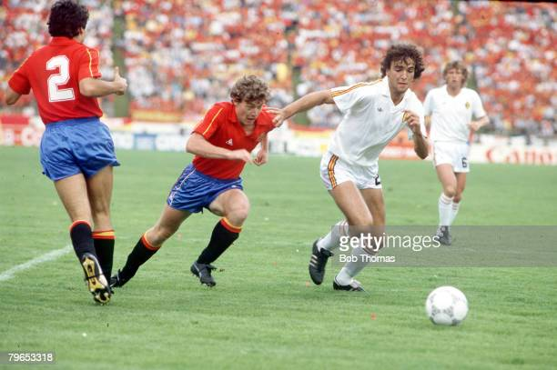 World Cup Quarter Final Puebla Mexico 22nd June Belgium 1 v Spain 1 Spain's Emilio Butragueno chases Belgium's De Mol for the ball