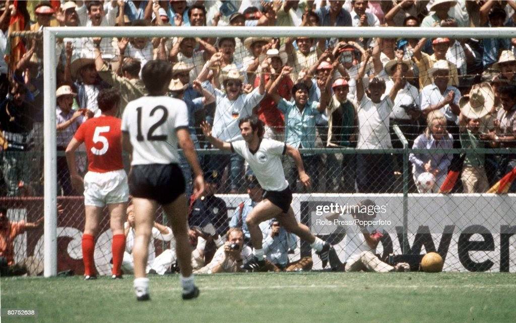 World Cup Quarter-Final, 1970 Leon, Mexico. England 2 v West Germany 3. 14th June, 1970. West Germany's Gerd Muller turns away to celebrate after he scored the winning goal past England goalkeeper Peter Bonetti in extra time to complete an historic comeb : News Photo