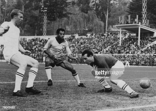 World Cup QuarterFinal Viva Del Mar Chile 10th June Brazil 3 v England 1 A mistake by England goalkeeper Ron Springett allows Vava to give Brazil a...