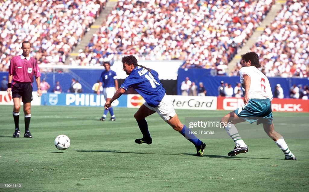 1994 World Cup Semi-Final. New Jersey, USA. 13th July, 1994. Italy 2 v Bulgaria 1. Italy's Roberto Baggio beats Bulgaria's Zlatko Iankov on his way to scoring the first goal : Fotografía de noticias