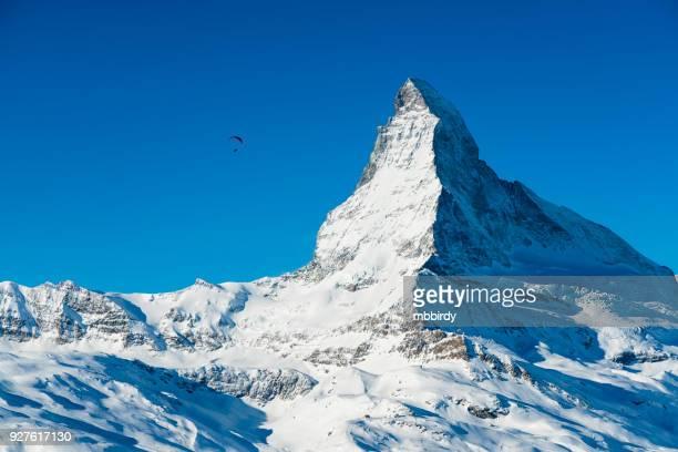 vetta di montagna famosa in tutto il mondo cervino sopra la città svizzera di zermatt, in inverno - monte cervino foto e immagini stock