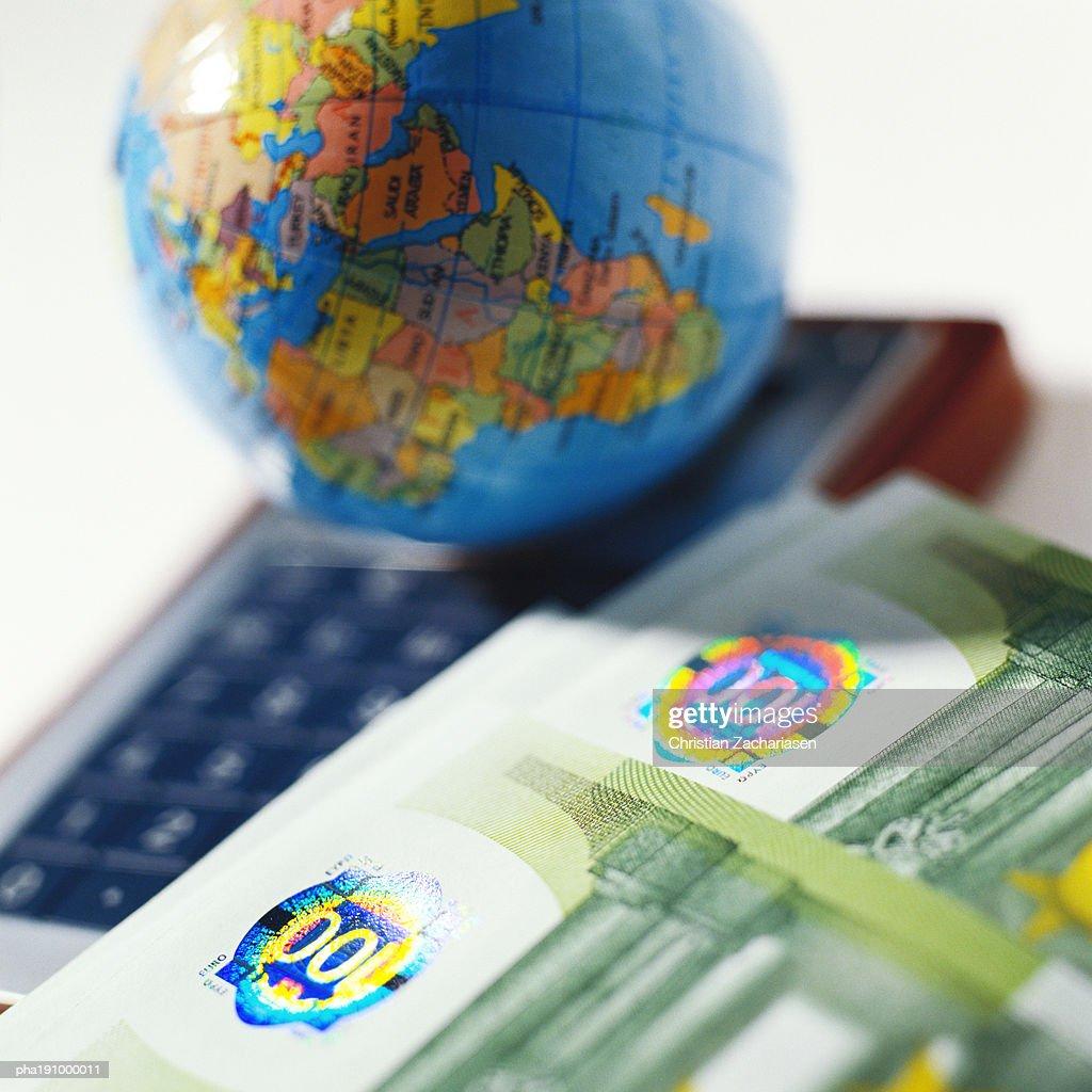 World globe and money. : Stockfoto