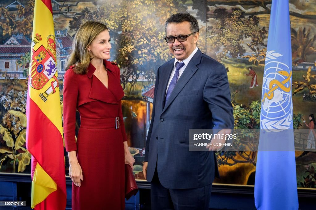 World Health Organization (WHO) Director General Ethiopia's Tedros Adhanom Ghebreyesus (R) welcomes Queen Letizia of Spain (L) during her visit at the WHO headquarters on October 24, 2017 in Geneva. / AFP PHOTO / Fabrice COFFRINI