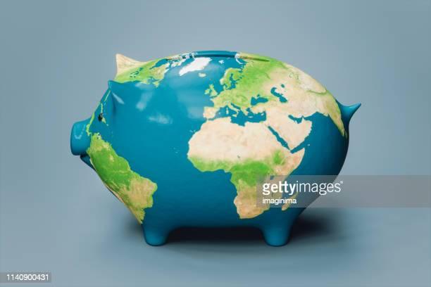 wereldkaart structuur piggy bank (world map credits voor nasa) - spaarvarken stockfoto's en -beelden