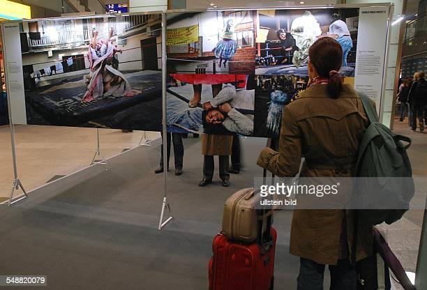 World Press PhotoAusstellung mit einer Auswahl von 177 Fotos in der Empfangshalle Bahnhof Friedrichstrasse