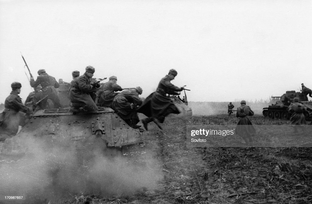 World war 2, 2nd ukrainian front, tank-borne soviet infantry attacking on the approaches to budapest, hungary, december 1944. : News Photo