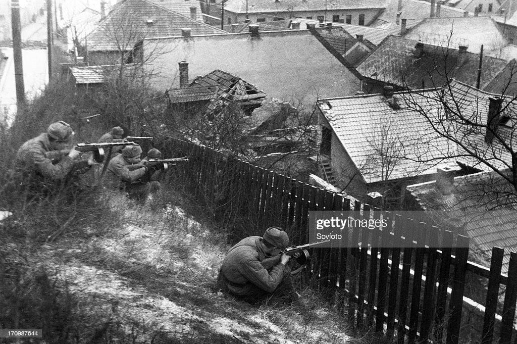 World war 2, 3rd ukrainian front, street fighting in budapest, hungary, january 1945. : News Photo