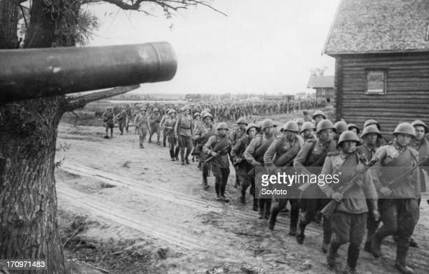 World war 2 august 1943 red army reserves marching to the advanced lines