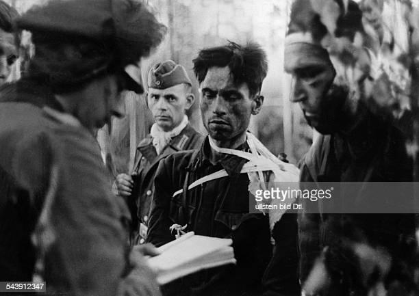 2 World War Eastern Front Soviet Union russian soldiers captured by Germans are being interrrogated 1943 Photographer PresseIllustrationen Heinrich...
