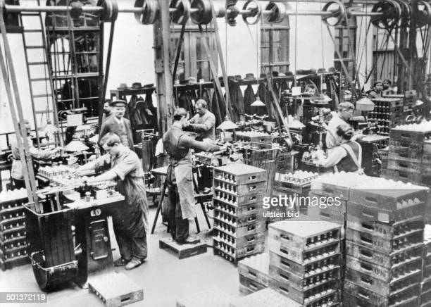 World War I armaments industry in Germany charging and assembling of fuses in a staterun ammunition and explosives factory 1916/1917
